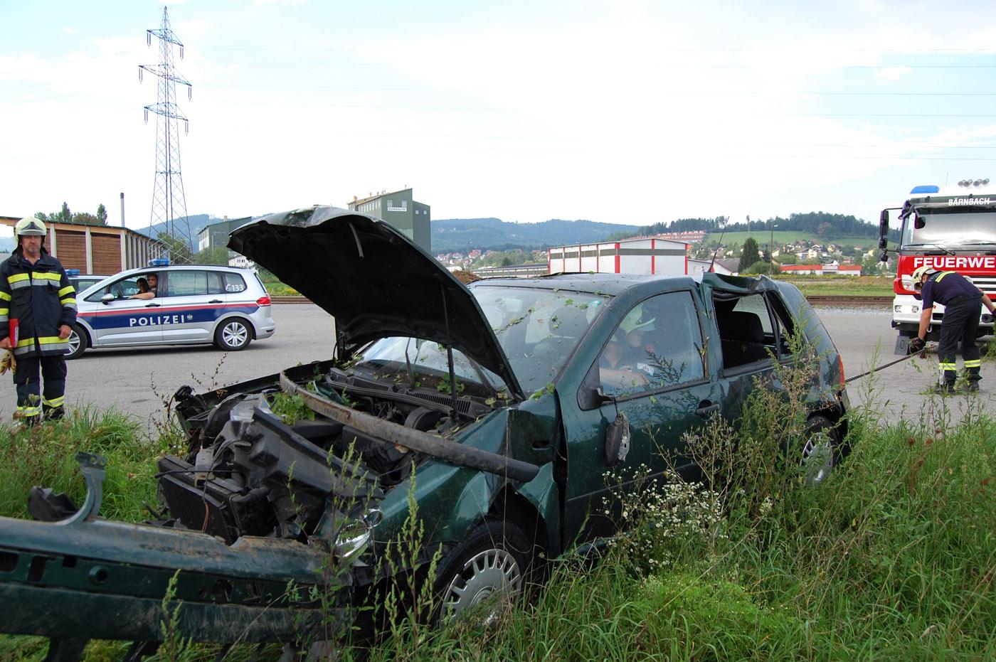 PKW stürzt über Böschung – L347